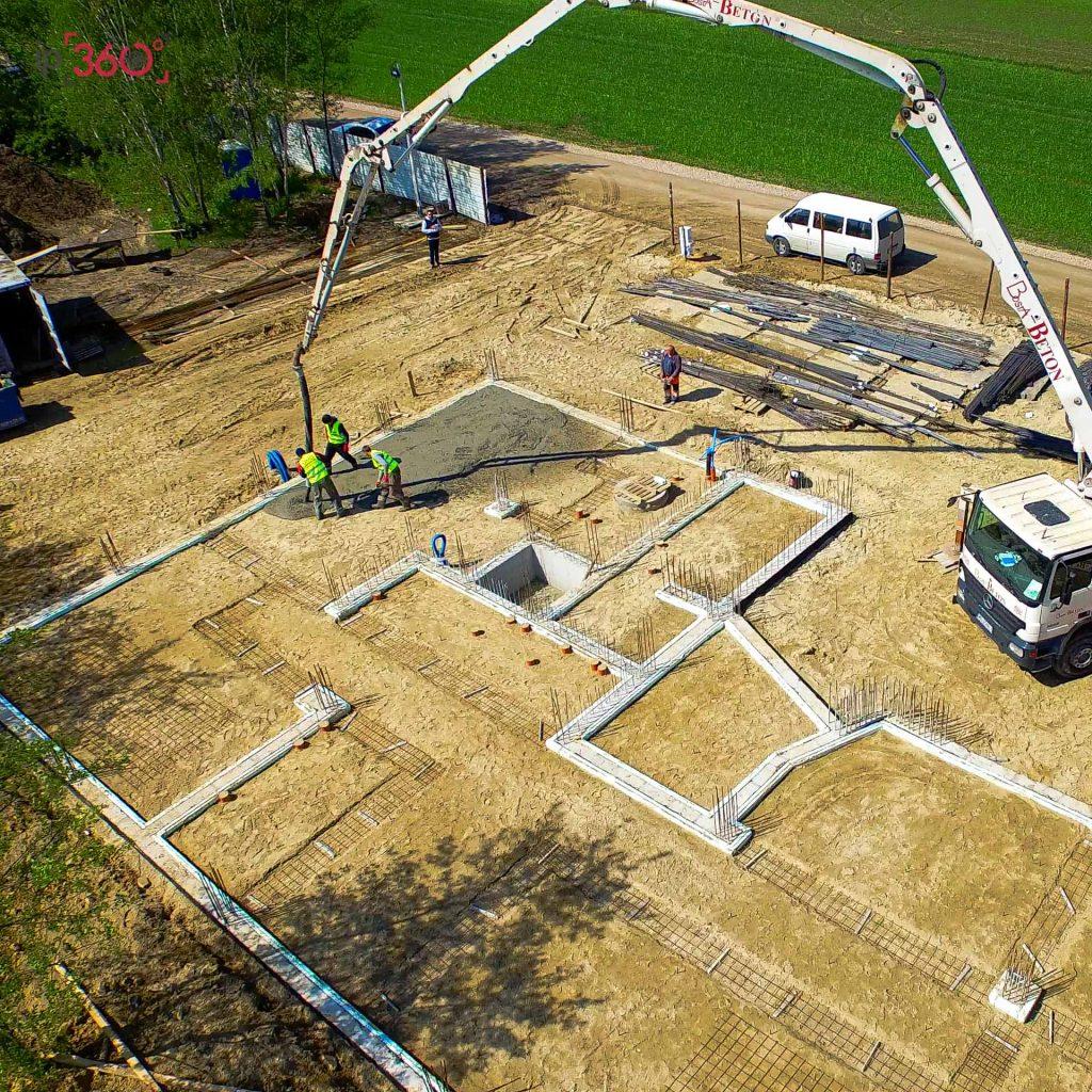 Budowa - wylewanie betonu